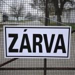"""""""Zárva"""" feliratú tábla a Bevándorlási és Állampolgársági Hivatal bezárt debreceni befogadó állomásának bejáratánál 2015. december 16-án. MTI Fotó: Czeglédi Zsolt"""