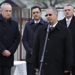 Kósa Lajos, a Fidesz parlamenti frakcióvezetője, a térség országgyűlési képviselője a Bevándorlási és Állampolgársági Hivatal debreceni befogadó állomás bezárása alkalmából tartott sajtótájékoztatón 2015. december 16-án. Mögötte Kontrát Károly, a Belügyminisztérium parlamenti államtitkára, Papp László polgármester (Fidesz-KDNP) és Gyurosovics József rendőr dandártábornok, Hajdú-Bihar megyei rendőrfőkapitány (b-j). MTI Fotó: Czeglédi Zsolt