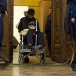 Biszku Béla, a volt pártállami diktatúra belügyminisztere érkezik kerekesszékben ülve az ellene felbujtóként több ember sérelmére elkövetett szándékos emberöléssel megvalósított háborús bűntett és más bűncselekmények miatt indult büntetőper tárgyalására a Fővárosi Törvényszéken 2015. december 17-én. A bíróság a megismételt eljárásban két év, három évre felfüggesztett börtönbüntetésre ítélte Biszku Bélát, mindazonáltal felmentette a vádlottat az 1956 decemberében a budapesti Nyugati téren, illetve a Salgótarjánban történt, összesen 49 halálos áldozatot követelő sortüzekkel összefüggésben az aljas indokból, több ember sérelmére felbujtóként elkövetett háborús bűntett vádja alól. MTI Fotó: Koszticsák Szilárd