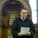Steiner Gábor bíró ítéletet hirdet a volt pártállami diktatúra belügyminisztere, Biszku Béla ellen felbujtóként több ember sérelmére elkövetett szándékos emberöléssel megvalósított háborús bűntett és más bűncselekmények miatt indult büntetőper tárgyalásán a Fővárosi Törvényszék tárgyalótermében 2015. december 17-én. A bíróság a megismételt eljárásban két év, három évre felfüggesztett börtönbüntetésre ítélte Biszku Bélát, mindazonáltal felmentette a vádlottat az 1956 decemberében a budapesti Nyugati téren, illetve a Salgótarjánban történt, összesen 49 halálos áldozatot követelő sortüzekkel összefüggésben az aljas indokból, több ember sérelmére felbujtóként elkövetett háborús bűntett vádja alól. MTI Fotó: Koszticsák Szilárd