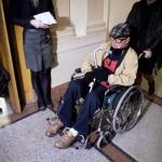 Biszku Béla, a volt pártállami diktatúra belügyminisztere távozik kerekesszékben ülve az ellene felbujtóként több ember sérelmére elkövetett szándékos emberöléssel megvalósított háborús bűntett és más bűncselekmények miatt indult büntetőper tárgyalásáról a Fővárosi Törvényszék folyosóján 2015. december 17-én. A bíróság a megismételt eljárásban két év, három évre felfüggesztett börtönbüntetésre ítélte Biszku Bélát, mindazonáltal felmentette a vádlottat az 1956 decemberében a budapesti Nyugati téren, illetve a Salgótarjánban történt, összesen 49 halálos áldozatot követelő sortüzekkel összefüggésben az aljas indokból, több ember sérelmére felbujtóként elkövetett háborús bűntett vádja alól. MTI Fotó: Koszticsák Szilárd