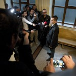 Novák Előd, a Jobbik alelnöke nyilatkozik a sajtónak a volt pártállami diktatúra belügyminisztere, Biszku Béla ellen felbujtóként több ember sérelmére elkövetett szándékos emberöléssel megvalósított háborús bűntett és más bűncselekmények miatt indult büntetőper tárgyalásának szünetében a Fővárosi Törvényszék folyosóján 2015. december 17-én. A bíróság a megismételt eljárásban két év, három évre felfüggesztett börtönbüntetésre ítélte Biszku Bélát, mindazonáltal felmentette a vádlottat az 1956 decemberében a budapesti Nyugati téren, illetve a Salgótarjánban történt, összesen 49 halálos áldozatot követelő sortüzekkel összefüggésben az aljas indokból, több ember sérelmére felbujtóként elkövetett háborús bűntett vádja alól. MTI Fotó: Koszticsák Szilárd
