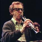 """Woody Allen a párizsi Olimpia színpadán 1996. március 5-én. A """"Woody Allen and His New Orleans Jazz Band"""" nevű együttes koncertkörúton tartózkodott Európában. ( MTI / EPA)"""