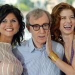 Tiffani Thiessen amerikai színésznő és Debra Messing amerikai színésznő (b-j) társaságában a Hollywoody történet (Hollywood Ending) című filmjük bemutatója alkalmából tartott fotózáson a fesztiválpalota teraszán az 55. Cannes-i Nemzetközi Filmfesztiválon 2002. május 15-én. A Woody Allen rendezte, versenyen kívül vetített alkotással nyitották meg a fesztivált. (MTI/EPA/AFP/Francois Guillot)