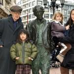 Woody Allen valamint felesége, Soon YI és két lánya a tiszteletére emelt szobornál az észak-spanyolországi Oviedóban 2005. december 26-án. (MTI/EPA/Alberto Morante)