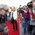 Egy rajongójával közös fotó az észak-spanyolországi Oviedóban 2010. augusztus 24-én. (MTI/EPA/J.L. CEREIJIDO)