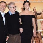 Roberto Benigni olasz színész és Penélope Cruz spanyol színésznő között a To Rome With Love című filmjük világpremierje alkalmából tartott fotózáson vesz részt Rómában, 2012. április 13-án (MTI/EPA/Claudio Onorati)