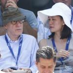 Feleségével, Soon-Yi Previnnel és a japán Nisikori Kejjel a szerb Novak Djokovic játékát nézi az amerikai nemzetközi teniszbajnokság férfi egyesének elődöntőjében a New York-i Flushing Meadowsban 2014. szeptember 6-án. (MTI/EPA/Andrew Gombert)