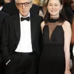 Felesége, Soon Yi Previn társaságában az Irrational Man című filmjének bemutatójára érkezik a 68. Cannes-i Nemzetközi Filmfesztiválon 2015. május 15-én. (MTI/EPA/Guillaume Horcajuelo)
