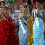 A spanyol Mireia Lalaguna Royo (k), miután győzött a 65. Miss World nemzetközi szépségversenyen a dél-kínai Hajnan-szigeten lévő Szanja tengerparti üdülőhelyen 2015. december 19-én. (MTI/EPA/Hou Hvi Jung)