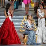 A spanyol Mireia Lalaguna Royo (k), miután győzött a 65. Miss World nemzetközi szépségversenyen a dél-kínai Hajnan-szigeten lévő Szanja tengerparti üdülőhelyen 2015. december 19-én. Mellette az első és második udvarhölgye, az orosz Szofija Nyikicsuk (b), illetve a második udvarhölgye, az indonéz Maria Harfanti. (MTI/EPA/Hou Hvi Jung)