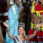 A spanyol Mireia Lalaguna Royo, miután győzött a 65. Miss World nemzetközi szépségversenyen a dél-kínai Hajnan-szigeten lévő Szanja tengerparti üdülőhelyen 2015. december 19-én. (MTI/EPA/Hou Hvi Jung)