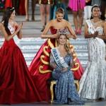 A spanyol Mireia Lalaguna Royo (k) megkapja a királynői koronát az előző évi nyertestől, a dél-afrikai Jolene Strausstól, miután győzött a 65. Miss World nemzetközi szépségversenyen a dél-kínai Hajnan-szigeten lévő Szanja tengerparti üdülőhelyen 2015. december 19-én. Mellette az első és második udvarhölgye, az orosz Szofija Nyikicsuk (b), illetve a második udvarhölgye, az indonéz Maria Harfanti. (MTI/EPA/Hou Hvi Jung)