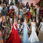 A spanyol Mireia Lalaguna Royo (k) énekel eddigi vetélytársnőivel, miután győzött a 65. Miss World nemzetközi szépségversenyen a dél-kínai Hajnan-szigeten lévő Szanja tengerparti üdülőhelyen 2015. december 19-én. Mellette az első és második udvarhölgye, az orosz Szofija Nyikicsuk (b), illetve a második udvarhölgye, az indonéz Maria Harfanti. (MTI/EPA/Hou Hvi Jung)