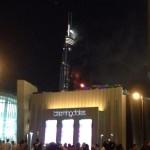 Lángok törnek elő az Address luxusszálloda épületéből (a háttérben) Dubajban 2015. december 31-én. A szálloda még azelőtt kapott lángra, hogy a világ legmagasabb felhőkarcolójánál, a Burdzs Kalifánál beindították volna a szilveszteri tűzijátékot. (MTI/EPA/Ajman Jacub)