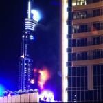 Lángok törnek elő az Address luxusszálloda épületéből Dubajban 2015. december 31-én. A szálloda még azelőtt kapott lángra, hogy a világ legmagasabb felhőkarcolójánál, a Burdzs Kalifánál beindították volna a szilveszteri tűzijátékot. (MTI/EPA/Ajman Jacub)