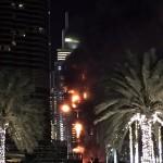 Lángok törnek elő a 63 emeletes Address luxusszálloda épületéből Dubajban 2015. december 31-én. A szálloda még azelőtt kapott lángra, hogy a világ legmagasabb felhőkarcolójánál, a Burdzs Kalifánál beindították volna a szilveszteri tűzijátékot. (MTI/AP/Jon Gambrell)