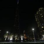 Lángok törnek elő az Address luxusszálloda épületéből Dubajban 2015. december 31-én. A szálloda még azelőtt kapott lángra, hogy a világ legmagasabb felhőkarcolójánál, a Burdzs Kalifánál beindították volna a szilveszteri tűzijátékot. (MTI/AP/Sunday Alamba)