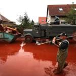 Egy férfi gázol az iszapban egy katonai teherautó előtt Devecseren, miután a Magyar Alumínium Termelő és Kereskedelmi Zrt. (MAL Zrt.) Ajka melletti tározójából 2010. október 4-én mintegy egymillió köbméternyi mérgező, maró hatású vörösiszap ömlött ki gátszakadás miatt. A térségben katasztrófahelyzet alakult ki. Az áradás három települést - Devecser, Kolontár, Somlóvásárhely - öntött el. Mintegy 40 négyzetkilométeres terület lakossága és élővilága van veszélyben. MTI Fotó: Mohai Balázs