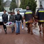 Emberek ruháikat viszik egy kádban Devecseren, miután a Magyar Alumínium Termelő és Kereskedelmi Zrt. (MAL Zrt.) Ajka melletti tározójából 2010. október 4-én mintegy egymillió köbméternyi mérgező, maró hatású vörösiszap ömlött ki gátszakadás miatt. A térségben katasztrófahelyzet alakult ki. Az áradás három települést - Devecser, Kolontár, Somlóvásárhely - öntött el. Mintegy 40 négyzetkilométeres terület lakossága és élővilága van veszélyben. MTI Fotó: Mohai Balázs