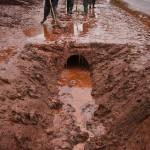 Helyi lakosok takarítják a vörösiszappal borított utcát a Veszprém megyei Kolontáron, miután a Magyar Alumínium Termelő és Kereskedelmi Zrt. (MAL Zrt.) Ajka melletti tározójából 2010. október 4-én mintegy egymillió köbméternyi mérgező, maró hatású vörösiszap ömlött ki gátszakadás miatt. A térségben katasztrófahelyzet alakult ki. Az áradás három települést - Devecser, Kolontár, Somlóvásárhely - öntött el. Mintegy 40 négyzetkilométeres terület lakossága és élővilága van veszélyben. MTI Fotó: Szigetváry Zsolt