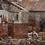 Felhasználható építőelemeket keresnek férfiak egy bontásra váró épület udvarán a vöröiszap-katasztrófa sújtotta Devecseren, 2011. március 28-án. A bontásra kijelölt területen néhány károsult még lakja régi házát, miközben körülöttük szektorokra osztva zajlik az épületek bontása. Április 4-én lesz fél éve, hogy az ipari katasztrófa történt. MTI Fotó: Szigetváry Zsolt