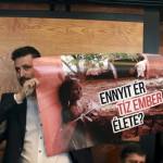 Kepli Lajos, a Jobbik országgyűlési képviselője transzparenssel tiltakozik a vörösiszapperben hozott ítélet ellen a Veszprémi Törvényszék tárgyalótermében 2016. január 28-án. A bíróság első fokon felmentette a per mind a tizenöt vádlottját a halált okozó gondatlan közveszélyokozás vétsége, a gondatlanságból elkövetett környezet- és természetkárosítás, továbbá a hulladékgazdálkodás rendjének megsértése vádja alól. MTI Fotó: Nagy Lajos