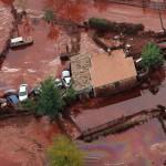 Vörösiszap borítja a Veszprém megyei Devecser utcáit, miután a Magyar Alumínium Termelő és Kereskedelmi Zrt. (MAL Zrt.) Ajka melletti tározójából 2010. október 4-én mintegy egymillió köbméternyi mérgező, maró hatású vörösiszap ömlött ki gátszakadás miatt. A térségben katasztrófahelyzet alakult ki. Az áradás három települést - Devecser, Kolontár, Somlóvásárhely - öntött el. Mintegy 40 négyzetkilométeres terület lakossága és élővilága van veszélyben. MTI Fotó: Varga György