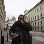 Lukács Zoltán, a Magyar Szocialista Párt alelnöke telefonál Budapesten, a Nemzeti Választási Iroda épülete előtt 2016. február 23-án. A párt újra megpróbálja benyújtani a Nemzeti Választási Irodánál a vasárnapi zárva tartásról szóló népszavazási kérdését, miután a Kúria ma dönt arról, átengedi-e az előtte fekvő, a hasonló ügyben benyújtott népszavazási kérdést. MTI Fotó: Balogh Zoltán