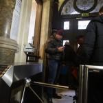 A vasárnapi zárva tartásról szóló népszavazási kérdés benyújtására várakozók csoportja Budapesten, a Nemzeti Választási Iroda épületében 2016. február 23-án. A Kúria ma dönt arról, átengedi-e az előtte fekvő, a hasonló ügyben benyújtott népszavazási kérdést. MTI Fotó: Balogh Zoltán