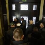 A vasárnapi zárva tartásról szóló népszavazási kérdés benyújtására várakozók csoportja Budapesten, a Nemzeti Választási Iroda épületében 2016. február 23-án. Hátul, jobbra, takarásban Nyakó István MSZP-s politikus, volt országgyűlési képviselő. A párt újra megpróbálja benyújtani a Nemzeti Választási Irodánál a vasárnapi zárva tartásról szóló népszavazási kérdését, miután a Kúria ma dönt arról, átengedi-e az előtte fekvő, a hasonló ügyben benyújtott népszavazási kérdést. MTI Fotó: Balogh Zoltán