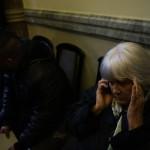 A vasárnapi zárva tartásról szóló népszavazási kérdés benyújtására várakozó nő Budapesten, a Nemzeti Választási Iroda épületében 2016. február 23-án. A Kúria ma dönt arról, átengedi-e az előtte fekvő, a hasonló ügyben benyújtott népszavazási kérdést. MTI Fotó: Balogh Zoltán