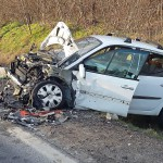 Összetört személygépkocsi 2016. február 20-án a 31-es főúton Mende és Gyömrő között, ahol frontálisan karambolozott két személyautó. Egy fiatal férfit a tűzoltóknak kellett kiszabadítaniuk a roncsból, ő súlyosan megsérült, egy másik ember könnyű sérüléseket szenvedett. MTI Fotó: Lakatos Péter