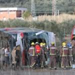 Tűzoltók az északkelet-spanyolországi Freginals közelében történt buszbaleset helyszínén 2016. március 20-án. A diákokat szállító autóbusz egy autóval ütközött, majd felborult. A balesetben legkevesebb tizennégyen életétüket vesztették. (MTI/EPA/Jaume Sellart)