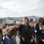 Colleen Bell amerikai nagykövet (k) résztvevőkkel beszélget a Ustream Hungary Kft. Lányok napja elnevezésű rendezvényén az internetes videoközvetítés-szolgáltató budapesti fejlesztői központjában 2016. április 28-án.<br /> MTI Fotó: Mohai Balázs