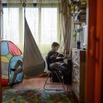 Levente (b) és Máté, autizmussal élő gyerekek budapesti otthonukban 2015. március 30-án. Levente öt-, Máté kilencéves. A Tóth család négy gyermeket nevel, közülük kettő autizmussal, egy pedig enyhe Asperger-érintettséggel él. Az édesanya blogot ír autizmussal kapcsolatos tapasztalatairól.<br /> MTI Fotó: Komka Péter