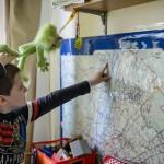 Az autizmussal élő kilencéves Máté egy villamos nyomvonalát mutatja budapesti otthonában 2015. március 30-án. A Tóth család négy gyermeket nevel, közülük kettő autizmussal, egy pedig enyhe Asperger-érintettséggel él. Az édesanya blogot ír autizmussal kapcsolatos tapasztalatairól.<br /> MTI Fotó: Komka Péter