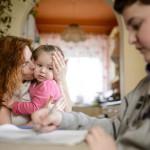 A háromgyermekes édesanya, Szalainé Forgács Klaudia (b) az étkezőasztalnál ül két kisebb gyermekével otthonukban, Karancskesziben 2016. március 3-án. Férjével mindhárom gyermekük születését tervezték és átgondolták, főleg a 17 éves nagylányuk, az autista és epilepsziás Lili miatt. A pár szerint egy gyermek születése komoly próbatétel, különösen akkor, ha valamiért eltér az átlagtól, és ha a házastársak egymást erősítik, akkor megvalósíthatják álmaikat, elérhetik céljaikat és semmiről sem kell lemondaniuk.<br /> MTI Fotó: Komka Péter