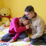 Szalai Norbert, Klaudia férje (j) Lili lányukkal otthonukban, Karancskesziben 2016. március 3-án. A házaspár mindhárom gyermekük születését tervezte és átgondolta, főleg a 17 éves nagylányuk, az autista és epilepsziás Lili miatt. A pár szerint egy gyermek születése komoly próbatétel, különösen akkor, ha valamiért eltér az átlagtól, és ha a házastársak egymást erősítik, akkor megvalósíthatják álmaikat, elérhetik céljaikat és semmiről sem kell lemondaniuk.<br /> MTI Fotó: Komka Péter