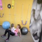 A háromgyermekes édesanya, Szalainé Forgács Klaudia kislányával, Emma Júliával tornászik egy salgótarjáni edzőteremben 2016. március 4-én. Férjével mindhárom gyermekük születését tervezték és átgondolták, főleg a 17 éves nagylányuk, az autista és epilepsziás Lili miatt. A pár szerint egy gyermek születése komoly próbatétel, különösen akkor, ha valamiért eltér az átlagtól, és ha a házastársak egymást erősítik, akkor megvalósíthatják álmaikat, elérhetik céljaikat és semmiről sem kell lemondaniuk.<br /> MTI Fotó: Komka Péter