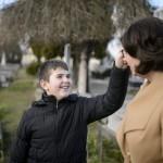 Benkő Mónika 12 éves autista fiával, Balázzsal sétál egy bajai temetőben 2016. március 8-án. Az édesanya magyar és angol szakos tanárként teljes állásban dolgozik a bajai III. Béla Gimnáziumban. Attól a perctől kezdve, hogy látta, Balázs más, mint a többiek, egyértelművé vált számára, hogy saját élete arról kell szóljon, hogy gyermekét segítse minden lehetséges módon.<br /> MTI Fotó: Komka Péter
