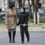 Benkő Mónika 12 éves autista fiával, Balázzsal sétál Baján 2016. március 8-án. Az édesanya magyar és angol szakos tanárként teljes állásban dolgozik a bajai III. Béla Gimnáziumban. Attól a perctől kezdve, hogy látta, Balázs más, mint a többiek, egyértelművé vált számára, hogy saját élete arról kell szóljon, hogy gyermekét segítse minden lehetséges módon.<br /> MTI Fotó: Komka Péter