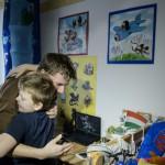 Az autizmussal élő 27 éves Balázs (b) megöleli öccsét budapesti lakásukban 2016. március 9-én. Balázst szülei megtanították egyedül közlekedni, fürdeni és öltözni. A fiatal férfi jelenleg külön lakásban él, konyhai kisegítőként dolgozik. 2015-ben a paraevezős világbajnokságon arany- és bronzérmet szerzett.<br /> MTI Fotó: Komka Péter