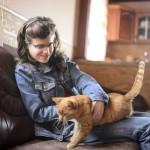 A 20 éves Lövei Petra egy macskát simogat otthonában, Álmosdon 2016. március 10-én. Családjában második gyermekként derült ki róla, hogy autista. Négy éve a debreceni Kodály Zoltán zeneiskolában tanul hárfa szakon. Célja, hogy sikereket érjen el a zenei pályán és ezzel megmutassa, hogy egy autizmussal élő lány is lehet különleges, egyedi és értékes ember a társadalomban.<br /> MTI Fotó: Komka Péter
