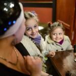 Kuna Valéria és gyermekei, Debóra (j), valamint az autista Abigél a Budapest Jazz Clubban 2016. március 15-én. Az édesanya énekesnő, trombitaművész, a Fourtissimo Jazz Orchestra és a Hamsa zenekar frontembere. Nagyobbik lányánál, Abigélnél két és fél évvel ezelőtt diagnosztizálták a betegséget, eleinte nem is akarták elhinni, csak annyit érzékeltek, hogy a gyermeknek abszolút hallása van, fantasztikusan érzi a zenét és teljes mértékben hiányzik belőle a rosszindulat. Az egyéni és közös fejlesztés eredményeként Abigél egyre jobban feltalálja magát világunkban.<br /> MTI Fotó: Komka Péter