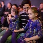 Az autista Abigél (j) és Debóra édesapjukkal a Budapest Jazz Clubban a Fourtissimo Jazz Orchestra koncertjét hallgatják 2016. március 15-én. Az édesanya, Kuna Valéria énekesnő, trombitaművész, a Fourtissimo Jazz Orchestra és a Hamsa zenekar frontembere. Nagyobbik lányánál, Abigélnél két és fél évvel ezelőtt diagnosztizálták a betegséget, eleinte nem is akarták elhinni, csak annyit érzékeltek, hogy a gyermeknek abszolút hallása van, fantasztikusan érzi a zenét és teljes mértékben hiányzik belőle a rosszindulat. Az egyéni és közös fejlesztés eredményeként Abigél egyre jobban feltalálja magát világunkban.<br /> MTI Fotó: Komka Péter