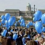 A Séta az autizmussal élőkért elnevezésű rendezvény Budapesten, a Széchenyi István téren 2016. április 2-án, az autizmus világnapján. Az idei a hatodik, a Nemzetközi Cseperedő Alapítvány szervezésében megtartott séta.<br /> MTI Fotó: Bruzák Noémi