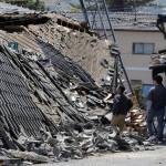 Összeomlott lakóházak a délnyugat-japáni Kumamoto tartományban fekvő Masiki városban 2016. április 15-én, egy nappal az után, hogy a  Richter-skála szerinti 6.5-ös erősségű földrengés rázta meg a térséget. A rengést több utórengés követte, köztük egy 6,4-es erősségű. A természeti katasztrófa eddig legkevesebb 9 halálos áldozatot követelt, 950 sérültet kórházba szállítottak. A legnagyobb károk a 34 ezres Masiki városkában keletkeztek. (MTI/EPA/Majama Kimimasza)