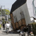 Megdőlt lakóház a délnyugat-japáni Kumamoto tartományban fekvő Masiki városban 2016. április 15-én, egy nappal az után, hogy a  Richter-skála szerinti 6.5-ös erősségű földrengés rázta meg a térséget. A rengést több utórengés követte, köztük egy 6,4-es erősségű. A természeti katasztrófa eddig legkevesebb 9 halálos áldozatot követelt, 950 sérültet kórházba szállítottak. A legnagyobb károk a 34 ezres Masiki városkában keletkeztek. (MTI/EPA/Majama Kimimasza)