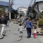 Megrepedt úttesten sétáló emberek a délnyugat-japáni Kumamoto tartományban fekvő Masiki városban 2016. április 15-én, egy nappal az után, hogy a  Richter-skála szerinti 6.5-ös erősségű földrengés rázta meg a térséget. A rengést több utórengés követte, köztük egy 6,4-es erősségű. A természeti katasztrófa eddig legkevesebb 9 halálos áldozatot követelt, 950 sérültet kórházba szállítottak. A legnagyobb károk a 34 ezres Masiki városkában keletkeztek. (MTI/EPA/Majama Kimimasza)